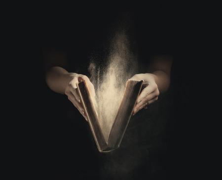 Openstelling met stof vliegen rond een oud boek. Stockfoto