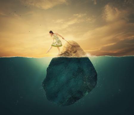 Een vrouw vastgebonden aan een rots in de diepe wateren.