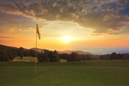 Beautiful sunrise on the golf course with colorful clouds. Standard-Bild