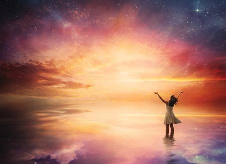 wschód słońca: Kobieta stoi w chwale przed pięknym nocnym niebie.