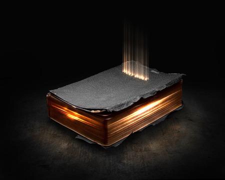Gloeiende Bijbel met licht afkomstig van de pagina's. Stockfoto