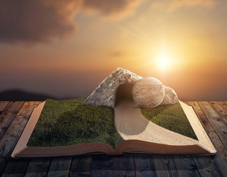 resurrección: Una Biblia abierta con una tumba vacía y la piedra en las páginas.
