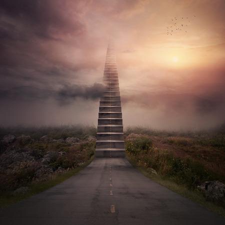 Een weg verandert in een trap naar de wolken.