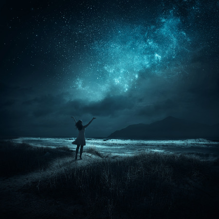 nacht: Eine Frau hebt die Hände in Lob spät in die Nacht.