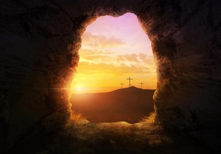 cruz de jesus: Tumba vacía con tres cruces en una ladera de la colina. Foto de archivo