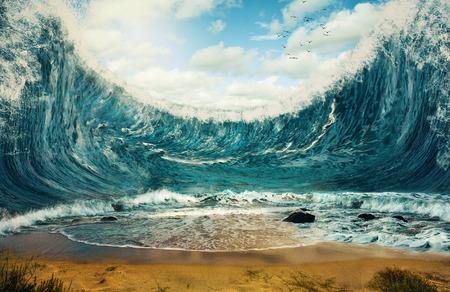 imagen: Imagen surrealista de enormes olas que rodean la arena seca. Foto de archivo