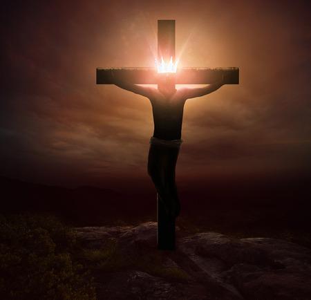 jezus: Jezus wiszący na krzyżu z świecącą koronę.