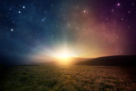 universum: Schöner Sonnenaufgang mit Sternen und Galaxie im Nachthimmel.