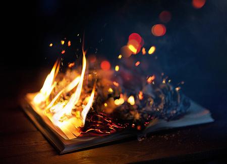 巨大な炎と燃える本のクローズ アップ。 写真素材