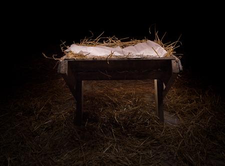 pesebre: Pesebre vacío en la paja en la noche. Foto de archivo