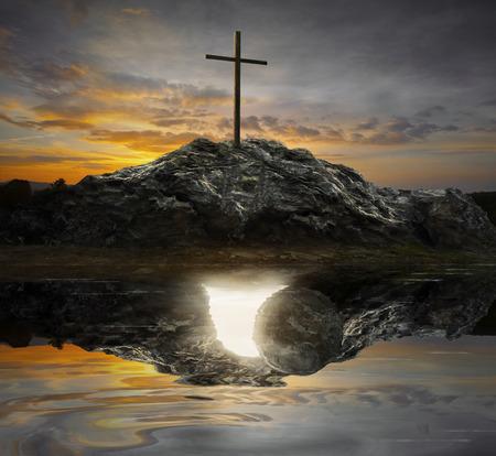 tumbas: Una sola cruz con el reflejo de una tumba vacía.