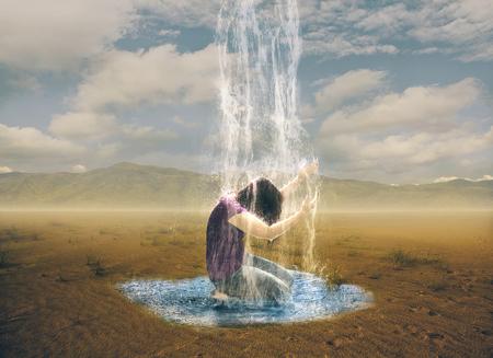 Een vrouw bidt tot God om regen in de woestijn.