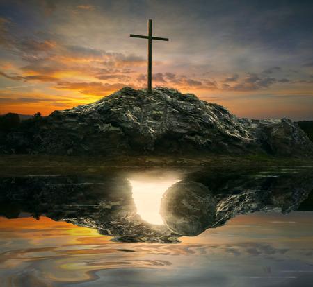 Ein einzelnes Kreuz mit der Reflexion eines leeren Grab. Standard-Bild