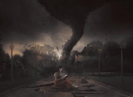 女性は、竜巻の中で彼女の聖書を読み取ります