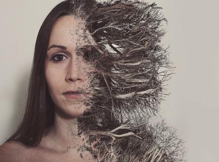 女性の顔が死んだ枝や根が消費されます。