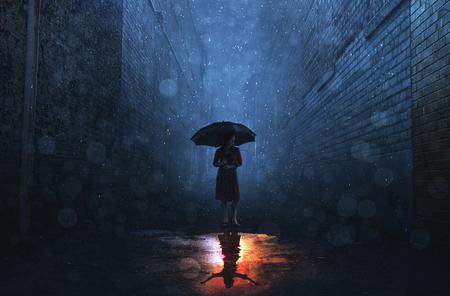 Una mujer en una tormenta de lluvia tiene una reflexión soleada.