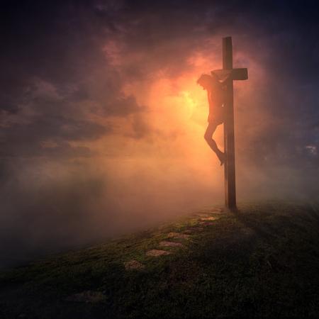 Jesús colgado en la cruz con los cielos oscureciéndose