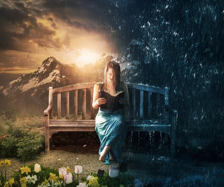 Eine Frau liest leise in Sonne und Regen.
