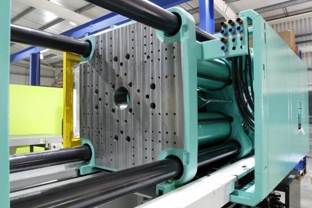 Injection molding machine voor het vormen van kunststof onderdelen met kunststof hars en polymeren.