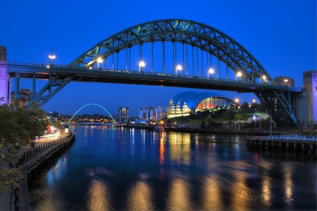 Newcastle Bridge spanning the River Tyne at night reflected in the river tyne Reklamní fotografie - 20355488