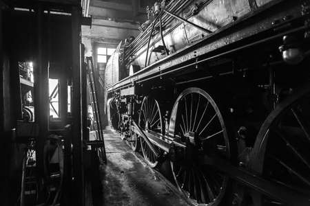 Steam Locomotive in a great Hangar BW 版權商用圖片