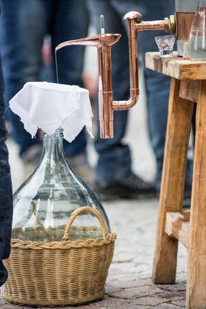 distillation: Aparato de destilaci�n empleado para la destilaci�n de alcohol, aceites esenciales y luz de la luna. Destiler�a de vino moderno para el hogar hecho del vino aislado en blanco.