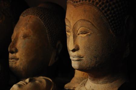 cabeza de buda: Descuidado cabeza de Buda de piedra arenisca antigua Foto de archivo