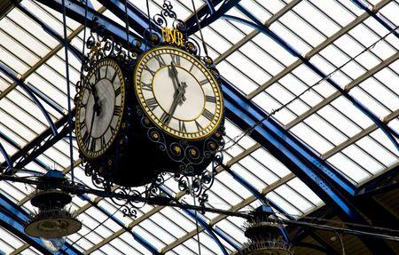 estacion de tren: el reloj colg� de la azotea de la estaci�n de tren de Brighton, sussex del este, Reino Unido