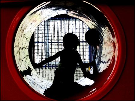 disordine: bambini nel corso dello spettro autistico in un tunnel buio