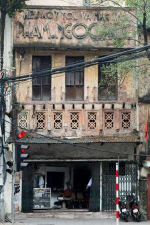 Hanoi Vietnam 12/10/2017 Art Deco shop front repurposed at hairdressers old town Banco de Imagens