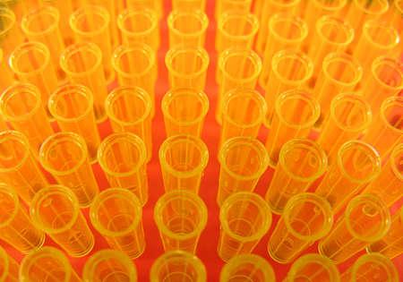 ラボで使用されている黄色のピペット チップ