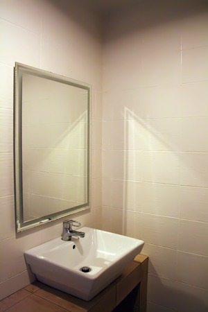 washroom: Moderno ba�o con cer�mica blanca plaza sumidero