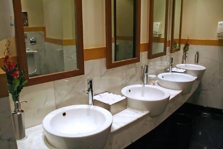 washroom: Moderno ba�o con cer�mica ronda los sumideros  Foto de archivo
