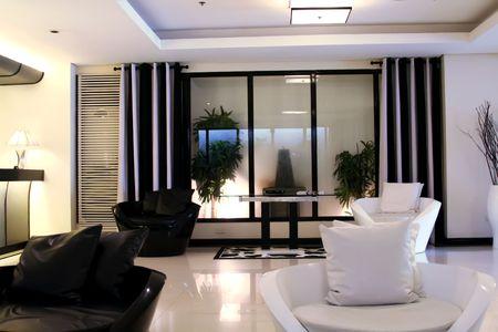 designers interior: Salotto sala d'attesa con elegante moderno in bianco e nero di progettazione
