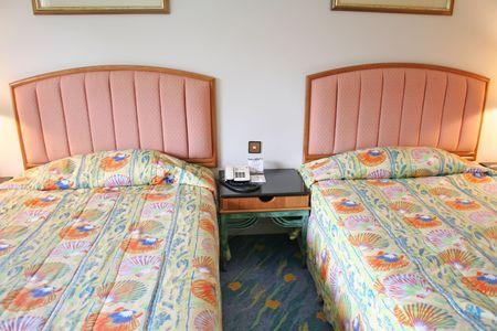 bedsheets: Camera da letto in un hotel a due letti Archivio Fotografico
