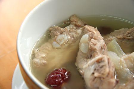 bulion: Wieprzowa żebra: kuchnia chińska do tradycyjna zupa wyczyść bulionu