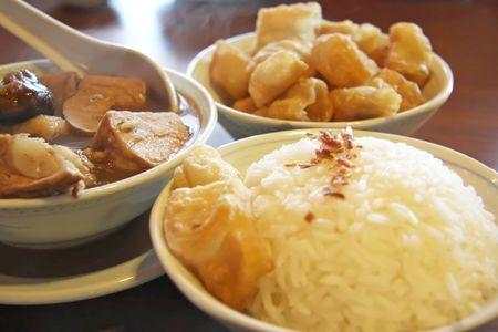bign�: Cinese tradizionale zuppa di maiale alle erbe con riso e frittelle  Archivio Fotografico