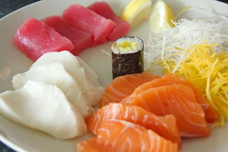 plato de pescado: Acuerdo de sashimi en rodajas de pescado crudo japon�s plato