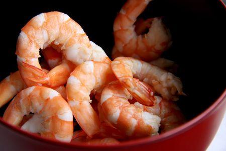 soyulmuş: Whole fresh peeled cooked prawns in bowl Stok Fotoğraf