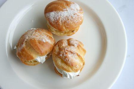 creampuff: Cream puffs fancy choux pastry with powdered sugar