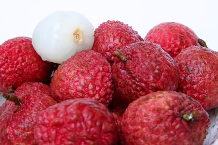 unpeeled: Lychee fruits fresh whole pile unpeeled and peeled Stock Photo