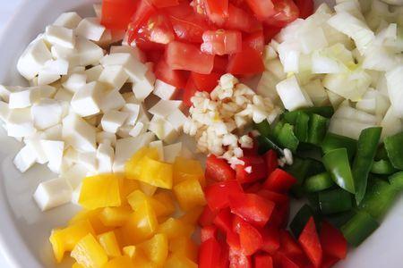 Los tomates picados, capsicums, mozarella, cebolla, ajo, ingredientes de cocina italiana