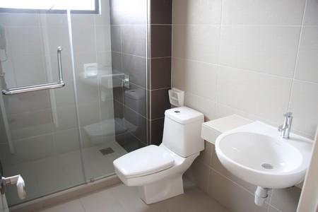 bad: Moderne saubere Toilette Badezimmer Innenraum mit wei�em Porzellan