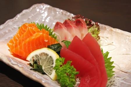 plato de pescado: Acuerdo de sashimi japon�s de pescado crudo en rodajas plato