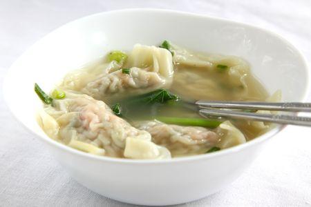 전통 중국 wonton은 고기 만두 수프를 박제