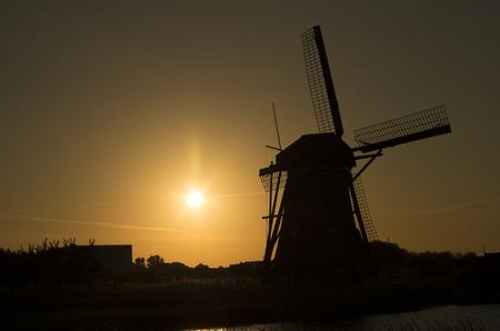 siluet: Siluet of dutch windmill  Kinderdijk  in sunset