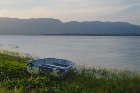 Le bateau n'est pas utilisé dans nore et à gauche à la rive
