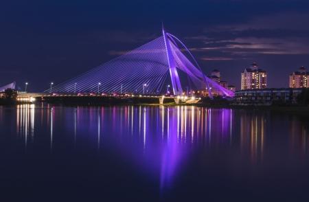 Este puente siempre cambian su color a color hermoso muchos cada pocos segundos