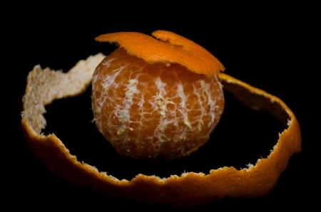 Naranja en el fondo negro.
