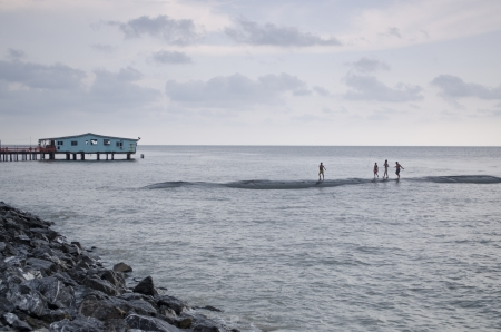 Los ni�os jugando alegremente y nadar en el mar